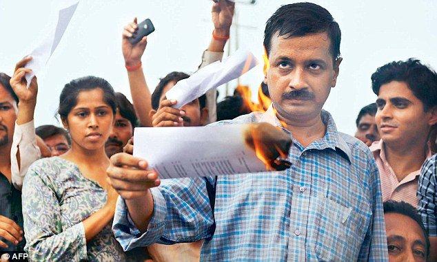 Arvind Kejriwal burning a copy of the Centre's draft Lokpal