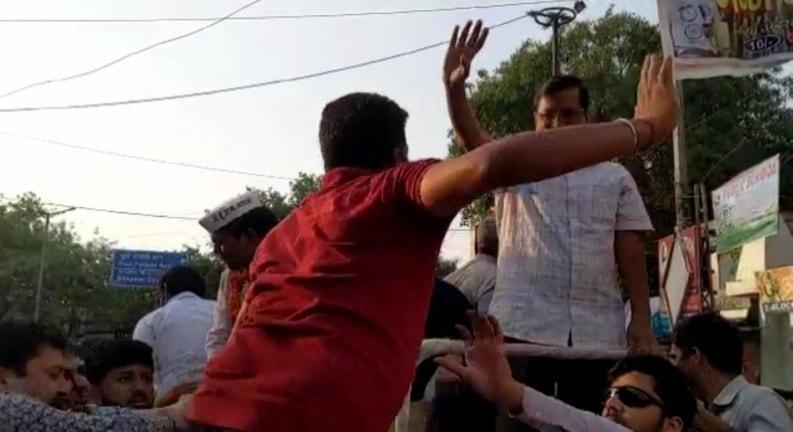 Man Slapping Arvind Kejriwal during roadshow
