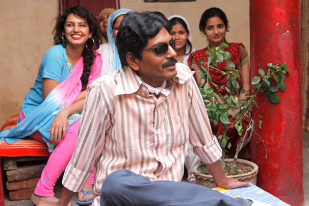 Nawazuddin Siddiqui as Faisal Khan in Gangs of Wasseypur in laws siting wearing a black glass