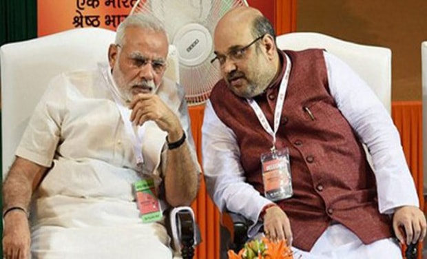 amit shah telling someting to modi during election campaign