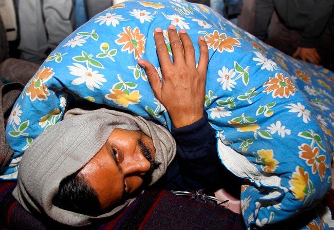 arvind kejriwal sleeping on road outside rail bhavan
