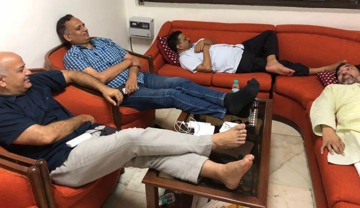 arvind kejriwal sleeping on sofa at delhi lg house