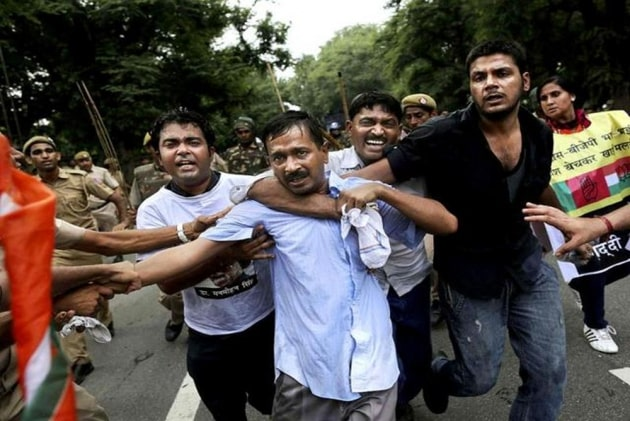 arvind kejriwal surrounded by his supporters