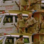 kuch log iss taraf kuch log uss taraf aur baaki mere piche police chulbul pandey pointing at directions