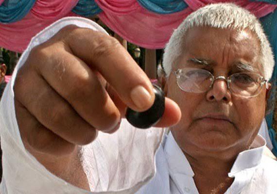 lo ab angoor khao Lalu Prasad Yadav giving a grape funny photo