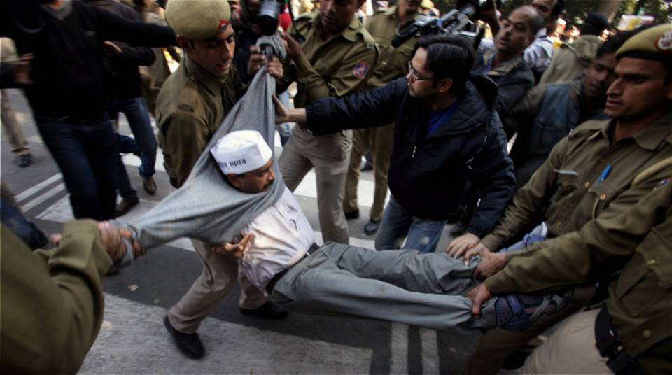 policeman carrying arvind kejriwal from the dharna site