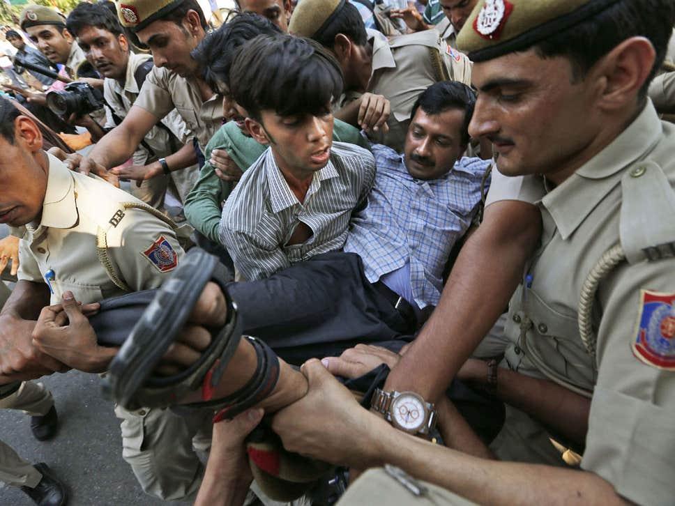 policeman carrying and arresting arvind kejriwal from ramlila maidan janlokpal bill protest