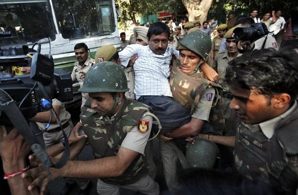 policeman carrying and arresting arvind kejriwal
