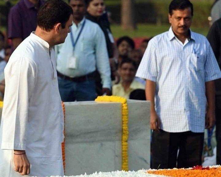 rahul gandhi looking at arvind kejriwal