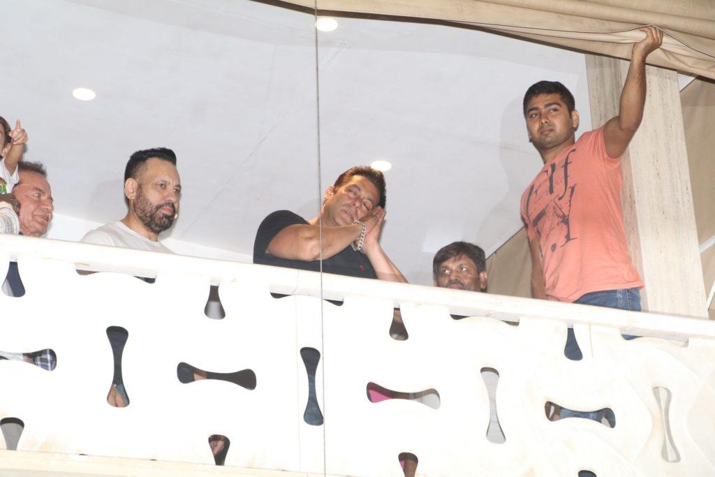 salman khan gesturing time to go sleep from his house balcony
